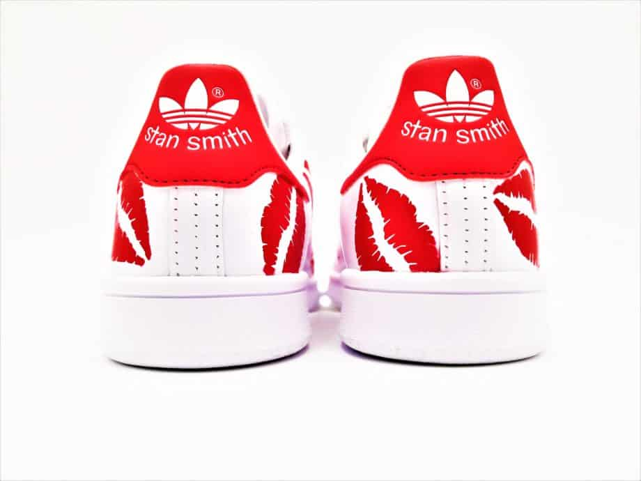This pair of Adidas custom sneakers was made by ATPIK Custom sneakers. The Adidas custom stan smith Kiss, a custom pair with red kisses for a glamorous look!