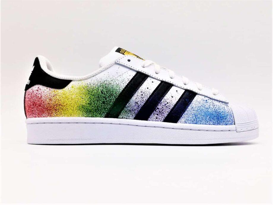 Chaussures customisées Adidas Color Splash par ATPIK Custom Sneakers. Une paire customisée avec des éclaboussures de peinture.