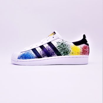 Les Adidas Color Splash Superstar, une paire d'Adidas Superstar customisée avec des color splash par ATPIK Custom Sneakers.