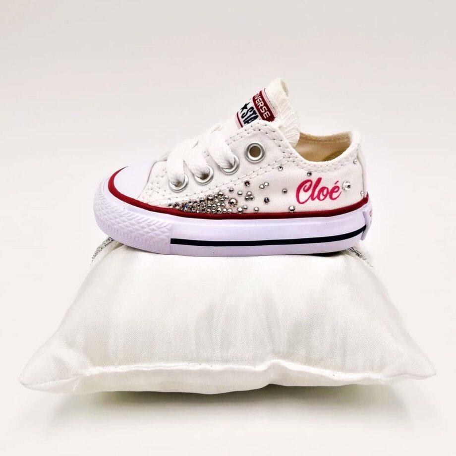 Ces Converse Swarovski sont réalisées par ATPIK Custom Sneakers avec des strass Swarovski et le prénom customisé sur la Converse.