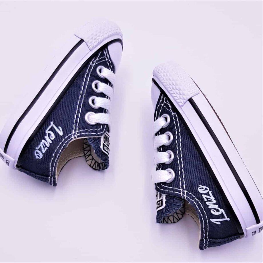 Des Converse prénom, une paire de converse pour les bébés personnalisée avec le prénom par ATPIK Custom Sneakers.