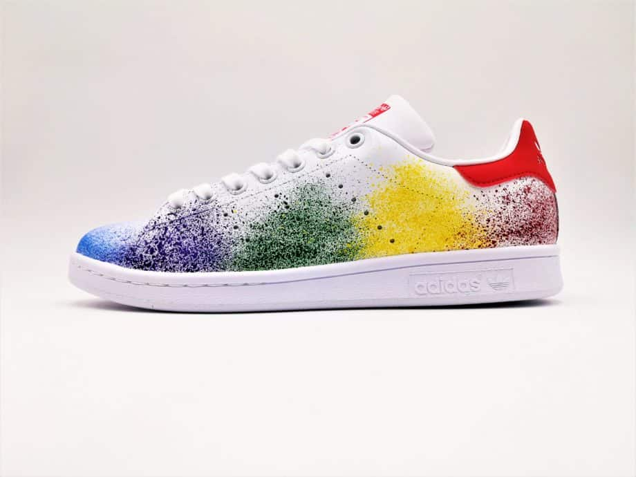 Les Adidas Stan Smith custom Color Splash, une paire de sneakers customisées avec des éclaboussures de peinture par ATPIK cutom sneakers.