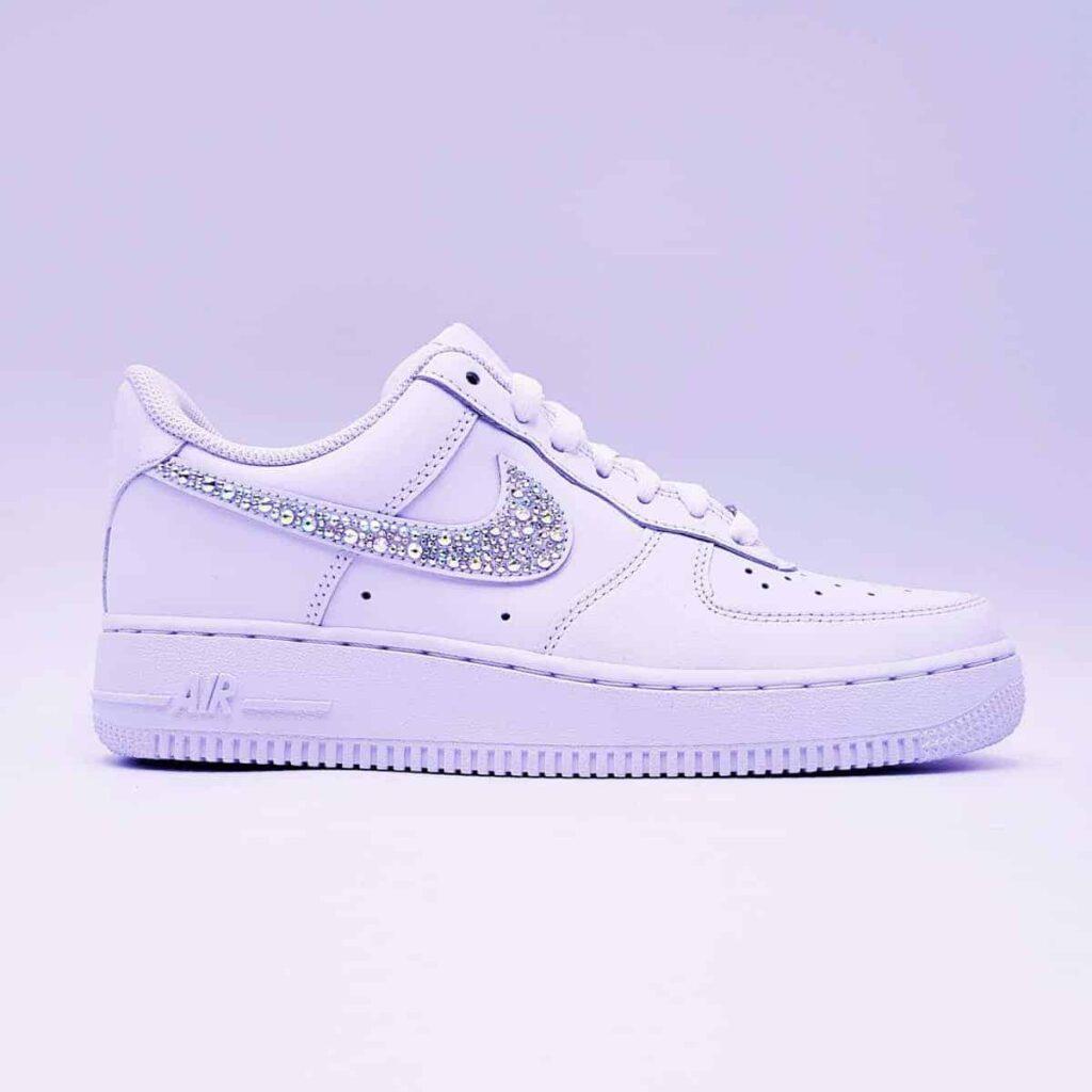 Les Nike Air Force 1 Swarovski, une paire de sneakers customisées avec des strass Swarovski par ATPIK custom sneakers