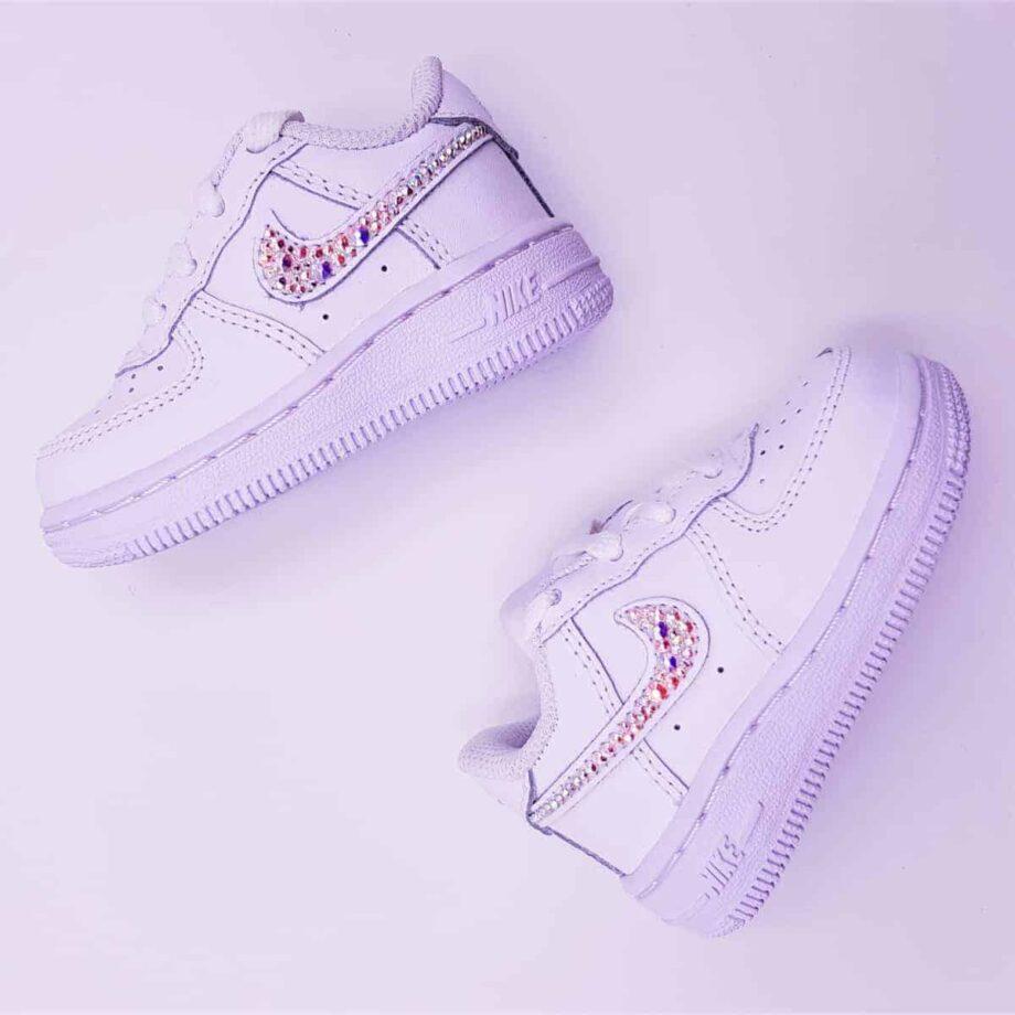 Les Nike Air force 1 baby swarovski, un modèle de nike air force 1 customisé avec des Strass Swarovski pour les bébés et les enfants par ATPIK custom sneakers.