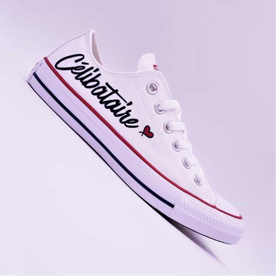 Trouvez l'amour grâce aux converse célibataire, une paire de chaussures customisées fun et décontracté réalisée par ATPIK custom sneakers