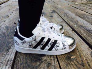 Adidas Superstar customisées par ATPIK, créateur de chaussures personnalisées sur mesure.