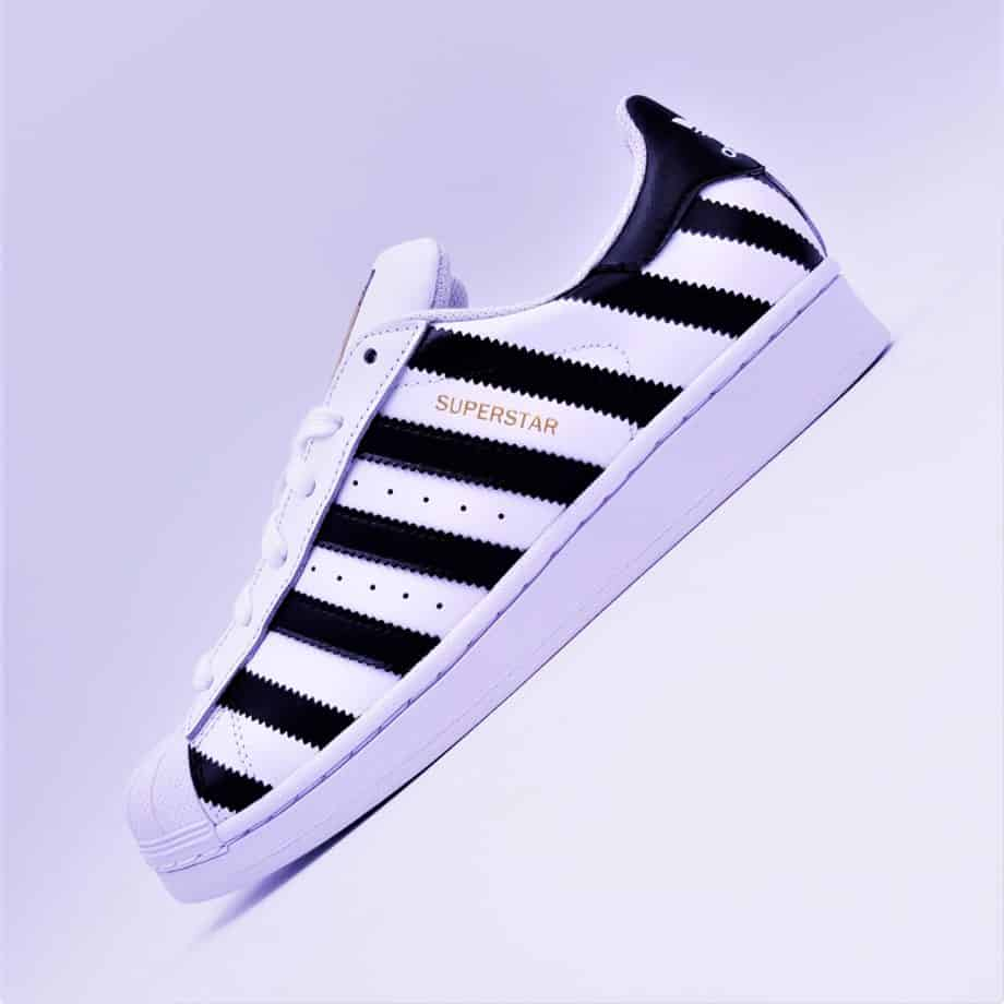 les adidas superstar custom strip, une paire de sneakers customisée par ATPIK avec des bandes (strip).