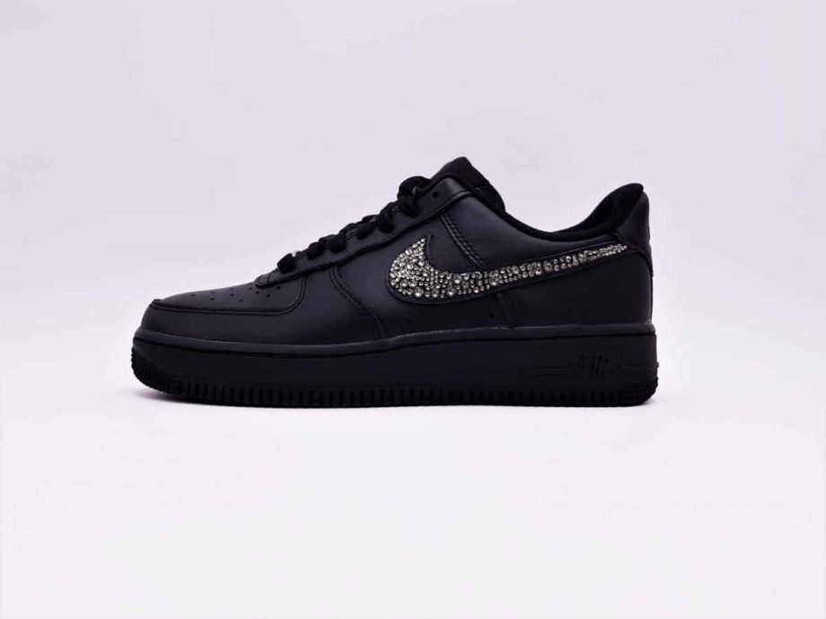 Des Nike Air Force 1 customisées avec des strass Swarovski par ATPIK Custom sneakers, atelier de customisation de sneakers.