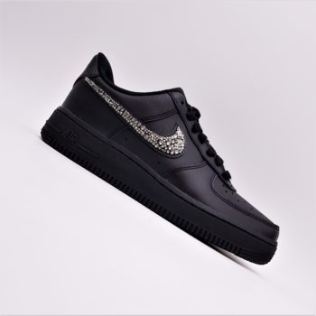 Les Nike Air force 1 Swarovski black édition, une paire de Nike Air Force 1 customisée avec des Strass Swarovski par ATPIK CUSTOMS SNEAKERS.
