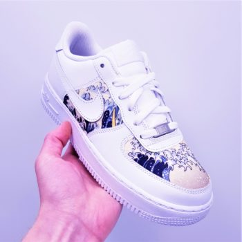 "Les Nike Air Force 1 Kanagawa, une paire de nike air force 1 customisée avec le tableau ""La grande vague de Kanagawa"" par ATPIK Custom Sneakers."