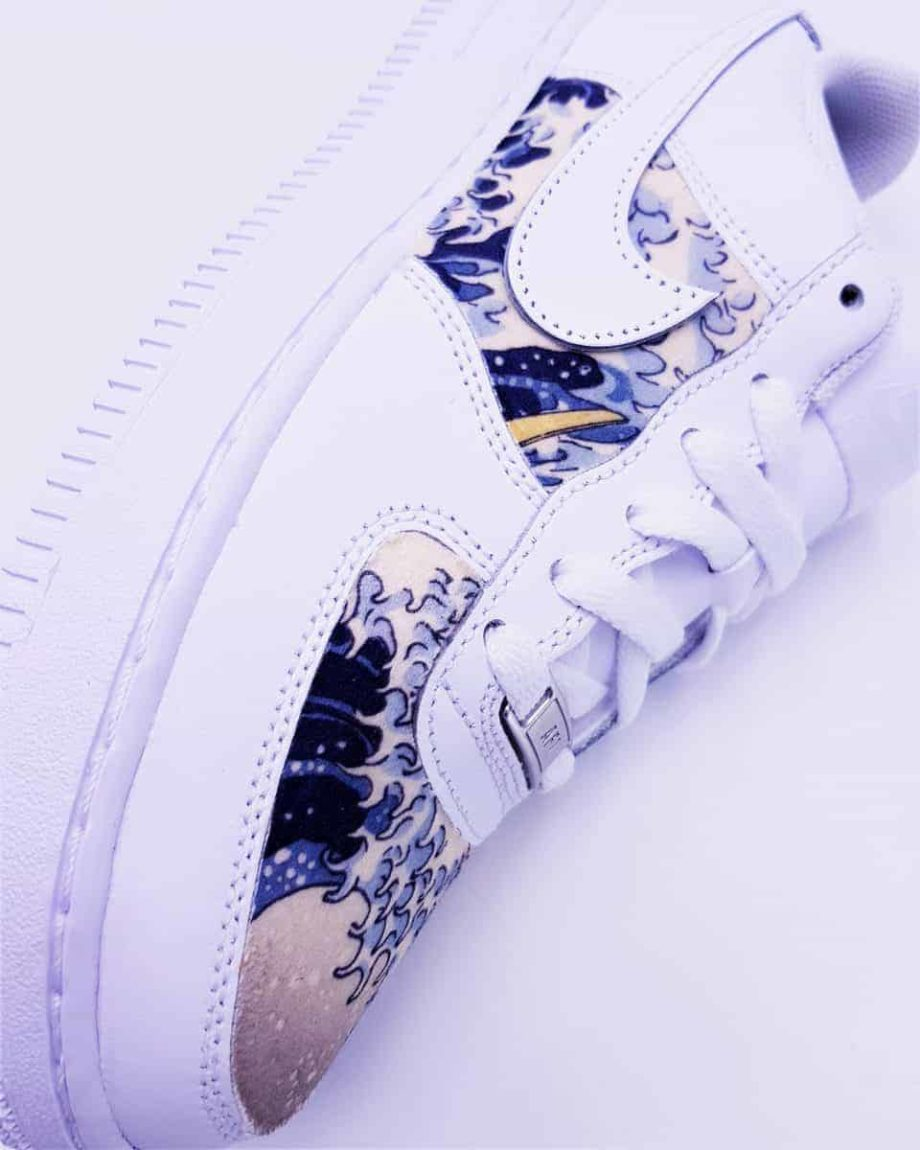 Nike Air Force 1 Kanagawa, une paire de sneakers customisée par ATPIK Custom Sneakers avec le tableau La Grande Vague de Kanagawa.
