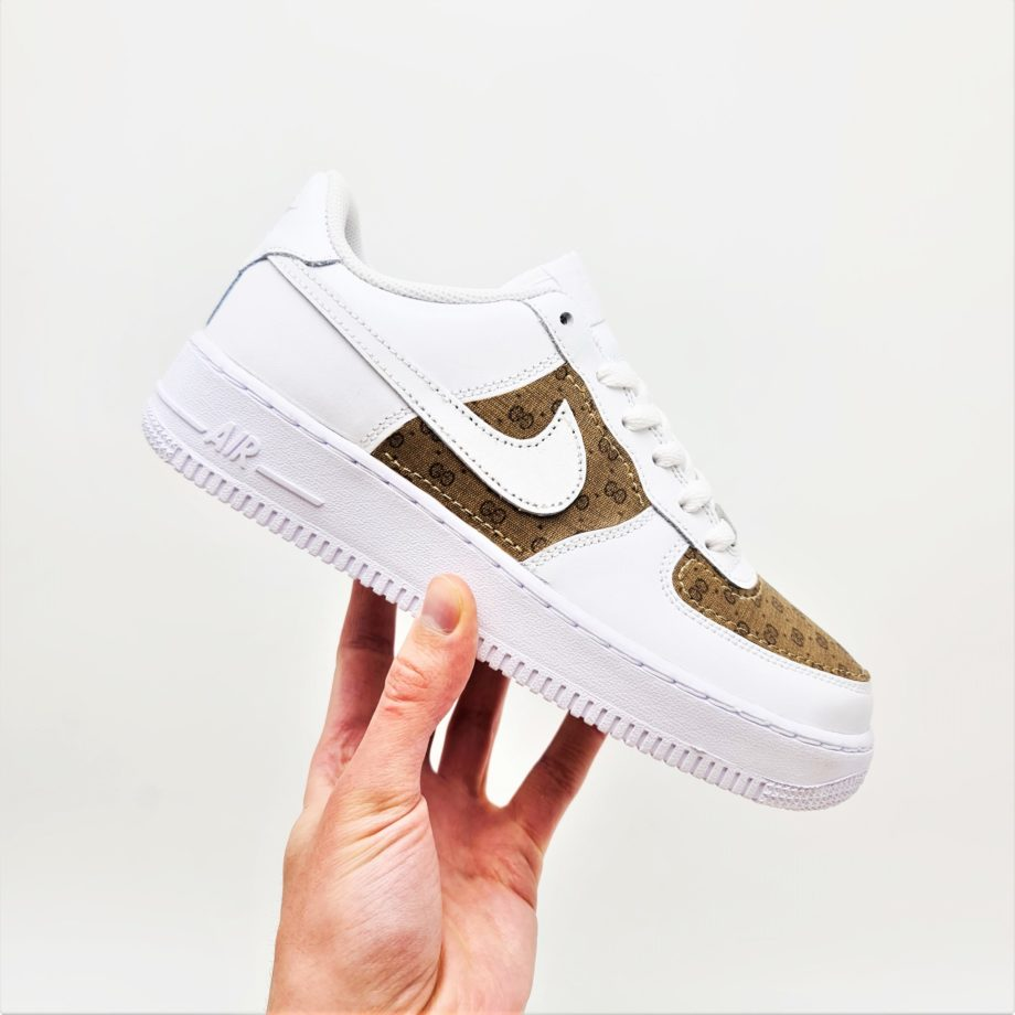 Les Nike Air force 1 Gucci d'atpik custom sneakers; des nike air force 1 custom en mode gucci.